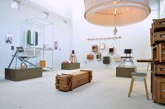 Lotty Lindeman & Wouter Scheublin. Presentatie Dutch design week 2014. Enorm veel oog voor detail in vorm, kleur en compositie. Met onder meer Krukje (gestoffeerd) Chair 2011, klokje Still, Tent lamp, Suitcase en nieuwe dekens.