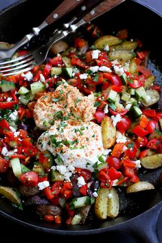 Mediterranean Roasted Potato Nachos…Bring a bunch of forks to the table and let everyone dig into this delicious, healthy appetizer! 144 calories and 5 Weight Watchers SmartPoints Vegetarian Recipes, Cooking Recipes, Fun Recipes, What's Cooking, Potato Nachos, Grilled Sausage, Little Potatoes, Healthy Appetizers, Vegetarian Cooking