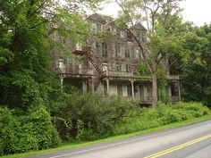 Living haunted mansion - Bennington- Vermont- USA...such a beautiful, grand lady...you get old, they call you haunted :-/