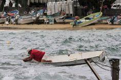 Un pêcheur s'inquiète pour son bateau à Acapulco, jeudi. Les autorités ont déconseillé formellement aux voyageurs de se rendre dans la station balnéaire la plus célèbre du Mexique.