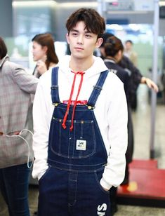 Wu Lei looks youthful in overalls at the airport!#吴磊 #wulei #leowupic.twitter.com/CHH9yJvigP