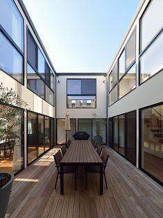 海の見える回廊の家・間取り(神奈川県鎌倉市) | 注文住宅なら建築設計事務所 フリーダムアーキテクツデザイン Modern Exterior, Exterior Design, Interior And Exterior, Sims 4 House Design, Modern House Design, Modern Foyer, Casa Patio, Courtyard House, Interior Garden