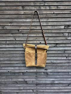 This messenger / musette is made in heavy weight waxed canvas in the colour spice (if you prefer another colour, just send me a message) Perfect for daily use, this roomy, but still very stylish bag can take a lot of your stuff, without looking bulky, for me the perfect size bag for