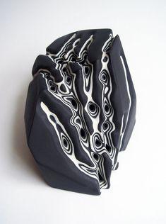 Le céramiste britannique Tamsin van Essen crée des blocs de porcelaine composés de strates blanches et noires alternées qu'il érode ensuite avec une sableuse pour leur donner des formes organiques et dans lesquelles la profondeur crée des motifs.