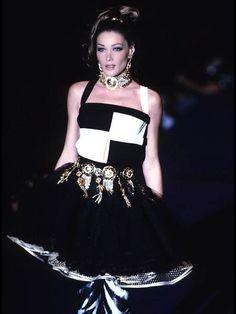 Carla Bruni for Gianni Versace, s/s 1992 Versace Home, Versace Fashion, Atelier Versace, 90s Fashion, High Fashion, Fashion Show, Vintage Fashion, Fashion Design, Runway Fashion