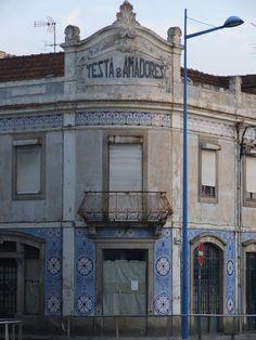 Edifício Testa & Amadores faz esquina com a rua Eça de Queiroz e a Avenida Santa Joana.
