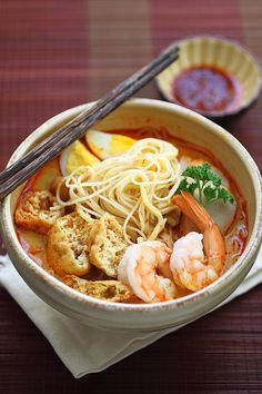 Laksa - Spicy street food noodle dish popular in Malaysia and Singapore. This homemade curry laksa recipe is so easy and delicious. Easy Asian Recipes, Easy Delicious Recipes, Great Recipes, Yummy Food, Malaysian Cuisine, Malaysian Food, Malaysian Curry, Malaysian Recipes, Laksa Soup