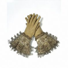 Leather, satin and embroidered and lace trimmed early century gloves. The triangular serrate edges mark this pair of gloves as late farthingale era garments. They are a beautiful declaration of elevated status. Lace Gloves, Leather Gloves, Lace Cuffs, Antique Clothing, Historical Clothing, Renaissance, 17th Century Clothing, Vintage Outfits, Vintage Fashion