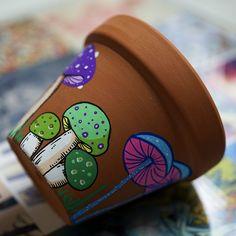 Painted Plant Pots, Painted Flower Pots, Flower Pot Art, Flower Pot Design, Pottery Painting Designs, Pottery Art, Mushroom Paint, Posca Art, Decorated Flower Pots