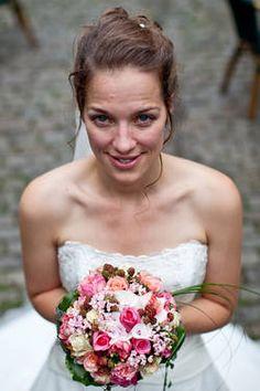 Bräute und ihre Hochzeitsblumen: Brautporträts mit Blumenstrauß