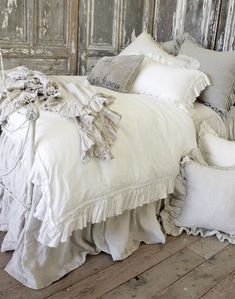 Vintage Ruffle Duvet Cover from Full Bloom Cottage luxus vuodevaatteet *♡* Shabby Chic Bedrooms, Shabby Chic Homes, Shabby Chic Furniture, Shabby Chic Decor, Shabby Cottage, Rustic Cottage, Cottage House, French Cottage, Rustic Decor