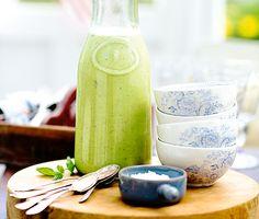 Att frysta gröna ärter kan bli till en sådan läcker soppa är lite av ett mysterium. Men gott blir det, särskilt med myntans friska smak. Soppan är toppen som förrätt såväl ljummen som kall. Extra fin att se på blir den serverad i genomskinliga små glas eller skålar.