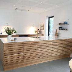 Til denne uges er vi faldet over dette smukke MASSIV køkken hj. Nordic Kitchen, New Kitchen, Kitchen Interior, Interior Design Living Room, Kitchen Design, Kitchen Decor, Cuisines Design, Home And Deco, Living Room Kitchen