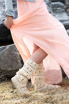 This lacy cotton crochet boots pattern for adults will complete your boho-inspired outfits all spring and summer long! Crochet them with flip flop soles! Crochet Boots Pattern, Crochet Slipper Boots, Crochet Sandals, Shoe Pattern, Crochet Slippers, Crochet Patterns, Stitch Patterns, Knitting Patterns, Cotton Crochet