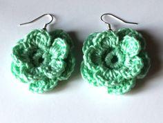 Magnifici orecchini a fiore color verde acqua realizzati a mano all'uncinetto