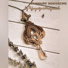 На изображении может находиться: ювелирные изделия Soutache Pendant, Soutache Earrings, Pendant Necklace, Shibori, Boho Jewelry, Jewelry Design, Women Accessories, Jewelry Accessories, White Necklace