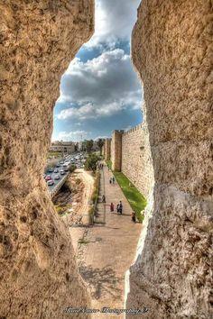 Una hendidura nos presenta murallas bíblicas que fueron testigos de la Historia.