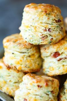 Black Pepper Cheddar Bacon Biscuits – So flaky, fluffy and buttery! With crisp b… Black Pepper Cheddar Bacon Biscuits – So flaky, fluffy and buttery! With crisp bacon bits, sharp cheddar, black pepper + garlic. These are simply THE BEST! Bread Machine Recipes, Easy Bread Recipes, Cooking Recipes, Cooking Cake, Cooking Tips, Bacon Recipes, Cooking Food, Recipes With Biscuits, Stuffed Bread Recipes