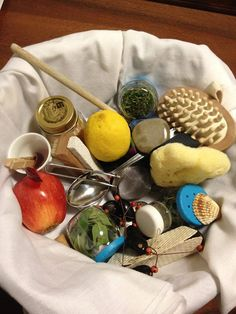 I love that there is a lemon in this treasure basket! Maria Montessori, Montessori Baby, Montessori Activities, Infant Activities, Activities For Kids, Crafts For Kids, Baby Sensory, Sensory Toys, Infant Toddler Classroom