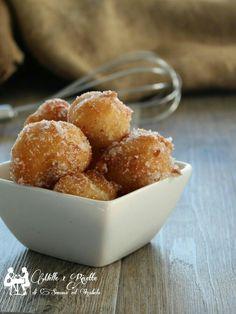 Le Frittelle soffici all'arancia, ricetta con patate, sono delle soffici palline di pasta lievitata, aromatizzata all'arancia, fritte e passate