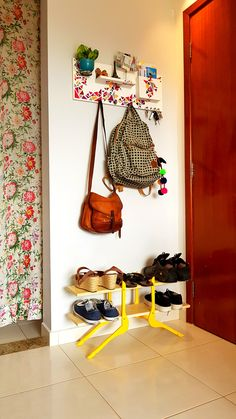 Old wooden hangers converted to boot rack! Indian Home Decor, Diy Home Decor, Room Decor, Upcycled Furniture, Diy Furniture, Diy Casa, Deco Design, Home Hacks, Cool Diy