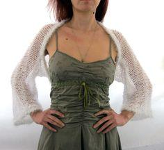 Elegante Hand gestrickten Bolero in weißer Farbe. Es ist mit hochwertigen Baumwolle-Acryl Garn und Kunstfell Garn, das weiche, leichte und gemütliche gestrickt. Sie können es mit jeder Art von Blick verbinden. Tragen Sie ihn über Jeans oder mit einem eleganten Outfit. Es ist praktisch und