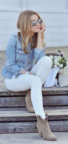 A Go-To Casual Fall Outfit Idea How to wear white denim in winter - I love this look so much! Gray tee, denim jacket, white jeans and nude boots. Street Style Outfits, Mode Outfits, Casual Outfits, Denim Outfits, Casual Dresses, Office Outfits, Cute Jean Outfits, Teen Outfits, Cardigan Outfits