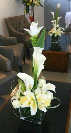 Wedding Flower Arrangements centerpieces - love this design :) Arrangements Ikebana, Silk Flower Arrangements, Deco Floral, Arte Floral, Floral Centerpieces, Wedding Centerpieces, Tall Centerpiece, Fresh Flowers, Beautiful Flowers