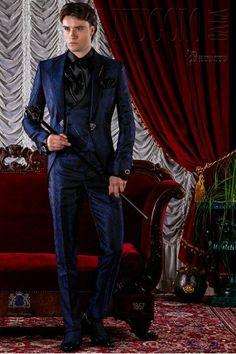 Traje gótico azul de jacquard con solapa pico y broche de cristal. Traje de  novio 1867 Colección Barroco Ottavio Nuccio Gala. 8d6a167789c