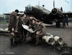 / 311. Squadron Raf - Vickers Wellington MK. Je suis le capitaine et l'équipage f / avec Joseph Bernáta - troisième en partant de la gauche....... Laissé le Sgt Hongre, Sgt Filler, p / o konštacký, p / o horak, SGT LIMACE. /