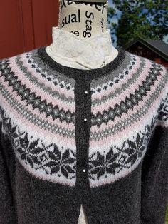 Nancykofte i str S. knitted Nancy-cardigan - Lilly is Love Crochet Pattern, Ravelry, Men Sweater, Knitting, Sweaters, Blog, Dame, Fashion, Pink
