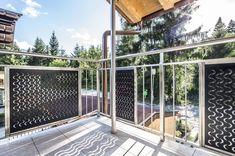Talblick mit Wellengang:Ein Haus mit Blick auf das Inntal – so lässt es sich wohnen. Aber noch schöner wäre es mit ein bisschen Meer. MEVACO PRODUKTDATEN: Creativ Line Halbmond, Aluminium, 2,0 mm, nachträglich pulverbeschichtet Aluminium, Deck, Outdoor Structures, Outdoor Decor, Home Decor, Perforated Metal, Taps, Pipes, Steel