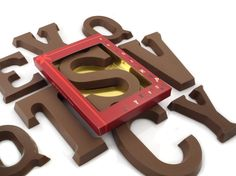 ¡Combinar 2 letras de chocolate gigantes y eso sentido para usted! Un regalo óptimo. Chocolates, Chocolate Packaging, Cookie Cutters, Cookies, Best Gifts, Bonbon, Initials, Candy, Messages