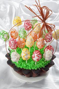 Великденска кошница с кексчета-яйца на клечка