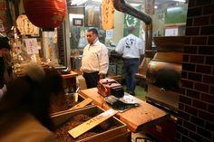 Boutique de thé au marché couvert Nishiki Ichiba de Kyoto : caisses de Hojicha.
