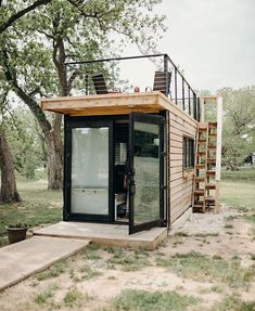 Less indoor, more outdoor. container turned tiny house with rooftop deck. Built by Photo by (at Waco, Texas) Less indoor, more outdoor. container turned tiny house with rooftop deck. Built by Photo by (at Waco, Texas) Tiny House Cabin, Tiny House Living, Tiny House Plans, Tiny House Design, Tiny Cabins, Prefab Guest House, Backyard Guest Houses, Small Log Cabin, Backyard Office