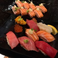 Популярный туристский ланч в Японии: суси-ассорти и суп-мисо - вкусно красиво сытно недорого!  #суси #сасими #туризм #турывЯпонии  #Япония #японскаякухня  #суши #лосось #тунец #морскойёж  #креветка #икра