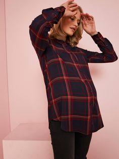 A chequered shirt with new stories to tell. Soft and loose-fitting, wear it with a black skirt for a different style, or with a pair of jeans for a casual loo Maternity Sale, Maternity Shirt Dress, Maternity Fashion, White Jeans Winter, Skinny Overalls, Sous Pull, Neutral Outfit, Pregnancy Outfits, Black Turtleneck