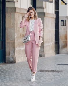 blazer work outfit Source by gkrondak hijab Classy Work Outfits, Office Outfits, Chic Outfits, Fashion Outfits, Woman Outfits, Pink Blazer Outfits, Outfit Work, Fasion, Fashion Boots