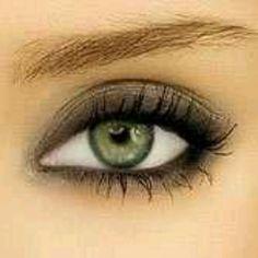 Light smokey eye, great for green eyes.