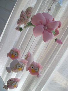 lindo móbile-berço com 5 corujinhas e 3 flores em tecido. R$65,00
