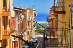 Das geräumige Appartement im 1.Stock liegt in einer kleinen ruhigen Seitenstraße ohne viel Verkehr. Von der Haustür aus ist man in 50 Metern auf einer kleinen Piazza, von der aus man einen wunderschönen Blick auf den Hafen und das Meer hat.