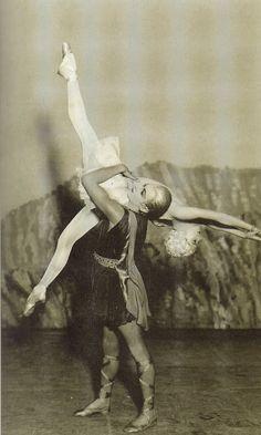 Balé Apolo, Líder das Musas: cenários de André Bauchant, figurinos de Chanel, adereços de Charvet, música de Stravinsky, coreografia de Balanchine, .(Paris, estréia em Washinghton, maio, 1928).
