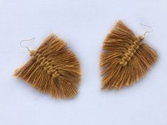 This video tutorial teaches you how to make quick and easy macrame feather earrings. All you will need is some cotton cord, earring hooks, jump rings , sciss. Macrame Earrings, Feather Earrings, Diy Earrings, Bespoke, Make It Yourself, How To Make, Accessories, Jewelry, Jewlery