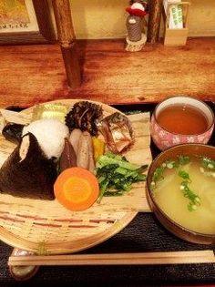 古き良き日本食を味わえる峠の玄氣屋でランチ  玄米や胚芽米共に熊本県芦北産を使ったおむすびはたくさん種類があって好きなものを選べます  今回は胚芽米のごぼう天むすと紅鮭のおむすびをチョイス  味噌汁も野菜をふんだんに使ったおかずも鯖の味噌煮も全部美味しいのでとってもオススメです(o)  tags[福岡県]