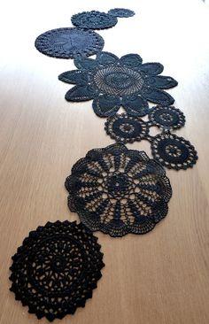 Cada vez me gusta mas el ganchillo y el juego que da. En esta ocasión os voy a enseñar ideas de como hacer un camino de mesa (que me encant. Freeform Crochet, Crochet Art, Crochet Home, Crochet Doilies, Love Crochet, Knitting Projects, Crochet Projects, Crochet Designs, Crochet Patterns