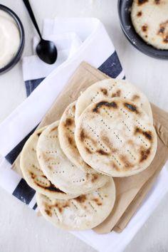 Les pains polaires nous viennent de Suède. C'est un pain plat, cuit à la poêle que l'on utilise par deux pour en faire des sandwichs. Avec des crudités, un