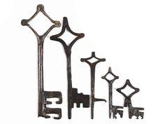 Sämtlich Volldornschlüssel mit rautenförmiger Reide mit teilweise geriefeltem Eckdekor. Die mitgeschmiedeten Bärte mit Reifen, Mittelbrüchen und ...