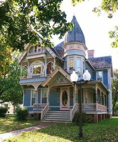gotische Architektur in Georgia Victorian Architecture, Beautiful Architecture, Beautiful Buildings, Beautiful Homes, Victorian Style Homes, Victorian Houses, Cute House, Historic Homes, Old Houses