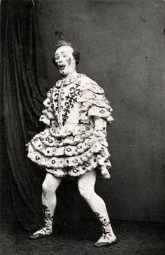 Harry Payne as clown Late century The Payne family is one of several century pantomime dynasties. Vintage Bizarre, Creepy Vintage, Vintage Clown, Vintage Halloween, Vintage Gothic, Victorian Era, Gruseliger Clown, Circus Clown, Creepy Clown
